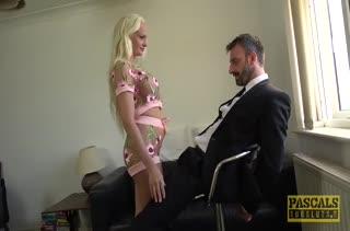 Сексуальная блондинка выпросила у мужика жесткий секс