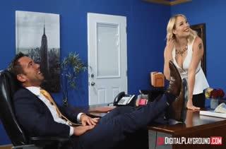 Грудастая блондиночка эффектно заигрывает с боссом