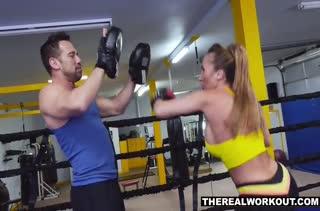 Спортсменка с силиконовыми буферами пристала к тренеру