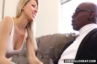 Муж дал добро пошлой жене на оргию с чернокожим