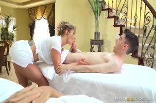 Развратная массажистка позарилась на член молодого пациента