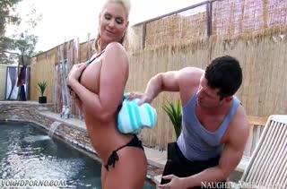 Чистильщик бассейна не смог устоять перед гламурной хозяйкой